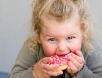 bebe cu prajitura 200x153 Modalitati de combatere a obezitatii