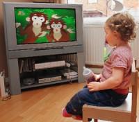 Copil mic se uitandu se la tv 200x176 Televizorul si copiii mici