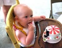 bebe 1 an mananca tort 200x157 Bebelusul in luna a douasprezecea de viata