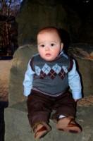 bebe 7 luni sta in fund 132x200 Bebelusul in luna a saptea de viata