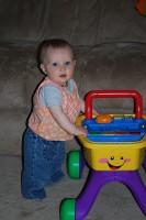bebe 9 luni in picioare1 133x200 Bebelusul in luna a noua de viata