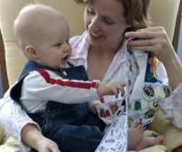 bebe 9 luni se joaca 200x168 Bebelusul in luna a noua de viata