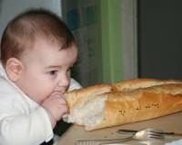 bebe mananca paine 200x160 Bebelusul in luna a zecea de viata