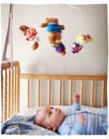 bebelus 3 luni cu carusel 157x200 Bebelusul in luna a treia de viata