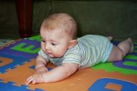 bebelus 4 luni pe burtica 200x133 Bebelusul in luna a patra de viata