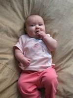bebelus 5 luni fetita 149x200 Bebelusul in luna a cincea de viata