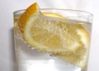 apa minerala cu lamaie1 200x143 Sucurile in alimentatia copiilor