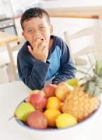 baietel mananca fructe 146x200 Mancam fructe sau bem suc proaspat preparat?