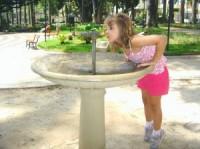 fetita bea apa 200x149 Cata apa trebuie sa bea copiii?
