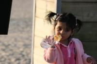 fetita cu codite bea apa 200x133 Cata apa trebuie sa bea copiii mici?