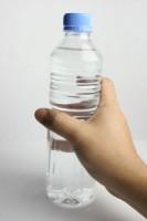 sticla cu apa 133x200 Cum sa bem mai multa apa?