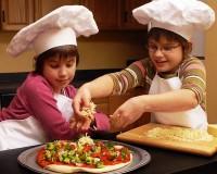 copiii fac pizza 200x160 Cum il convingi sa manance legume