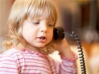 copil la telefon 200x149 Cand copilul nu vorbeste intarzierea vorbirii la copiii mici