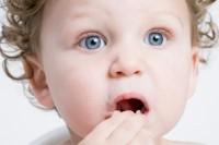 bebe 13 luni mananca 200x133 Copilul la 1 an si 1 luna