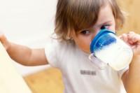 bebe bea din canuta cu cioc 200x133 Copilul la 1 an si 1 luna