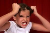 fetita isi smulge parul 200x133 10 tehnici de prevenire si calmare a tantrum ului