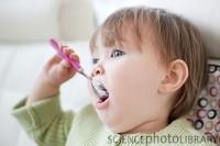 mananca singur 200x133 Copilul la 1 an si 5 luni
