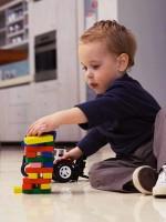 baietel 2 ani cu masina 150x200 Cum te joci cu copilul de 18 24 luni