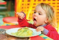 baietel mananca singur 200x134 Idei de pranz sanatos pentru copilul de 1 3 ani