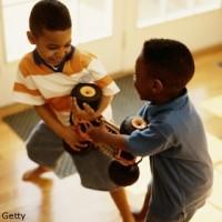 baieti luptandu se pentru jucarie 200x200 Cum il invat sa imparta jucariile (1 3 ani)?
