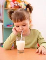 bea lapte cu paiul 155x200 Copilul meu nu renunta la biberon
