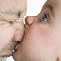 bebe musca nasul taticului 200x200 Totul despre comportamentul agresiv la copii