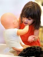 fetita cu bebelus 150x200 Joaca la 18 24 luni