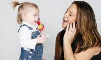 fetita vb la telefon 200x119 Joaca la 12 18 luni