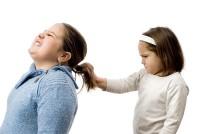 fetite se trag de par 200x134 Totul despre comportamentul agresiv la copii