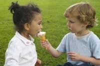 imparte inghetata 200x133 8 sfaturi simple pentru a ti ajuta copilul sa imparta jucariile