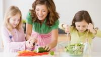 mamica si fetite in bucatarie 200x112 Cum poti implica copilul in bucatarie: sfaturi in functie de varsta