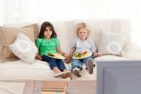 mananca in fata televizorului 200x134 Copilul meu nu vrea sa stea la masa