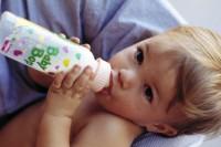 suge din biberon 200x133 Copilul meu nu renunta la biberon