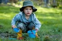 joaca in noroi 200x132 Copilul la 2 ani si 4 luni