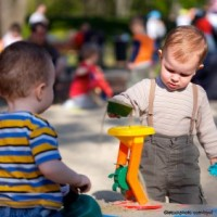 prietenie 200x200 Copilul la 2 ani si 6 luni