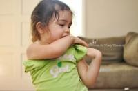 se dezbraca singura 200x132 Copilul la 2 ani si 2 luni