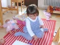 statul pe genunchi 200x149 Copilul la 2 ani si 4 luni