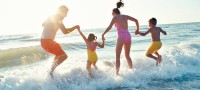 Generic Family Holiday Jumping in Sea 200x90 Petrece o vacanta de vis impreuna cu familia